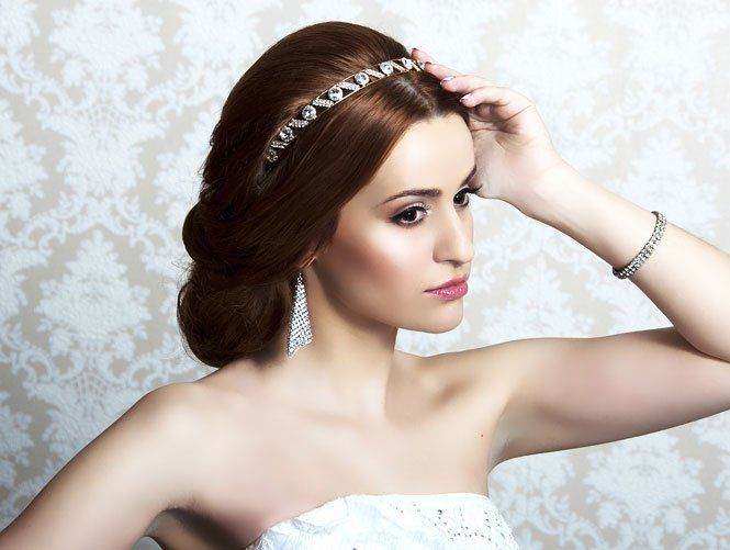 Весільна зачіска з діадемою