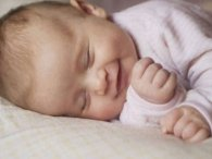 Чому посміхається немовля