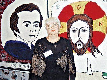 Жінка в'яже спицями портрети та ікони