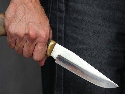 Встромив ножа, а потім сказав, що сама впала