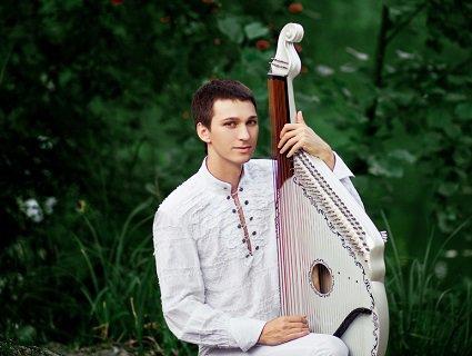 Перетворив традиційну бандуру на сучасний інструмент