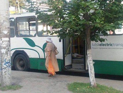«Жертва спеки»: у луцькому тролебусі померла жінка