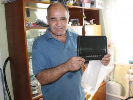 У РФ незрячому пенсіонеру чиновники подарували телевізор