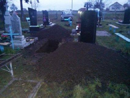 На Рівненщині судили жінку, яка розкопала могилу
