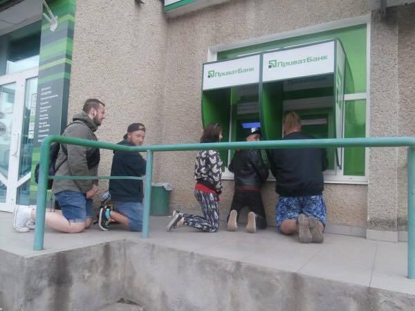 ПриватБанк примудрився поставити  українців буквально на коліна