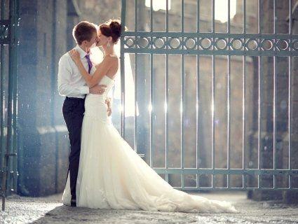 Чому весільні обручки одягають на безіменний палець?