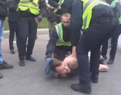 Голий на Хрещатику провокував поліцейських (відео 18+)