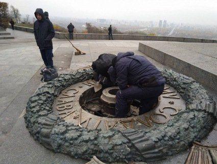 Залитий цементом Вічний вогонь довелося розібрати