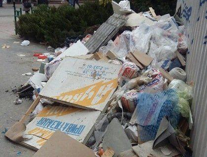 Дві вантажівки сміття скинули на центральній вулиці Луцька