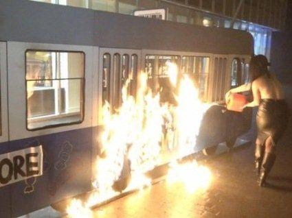 Оголена активістка Femen підпалила трамвай біля магазину Roshen