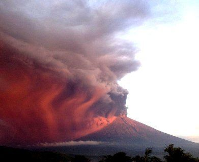 Через виверження вулкану авіакомпанії скасували кілька міжнародних рейсів