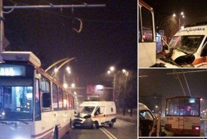 Нова резонансна ДТП у Харкові: «швидка» врізалася у тролейбус
