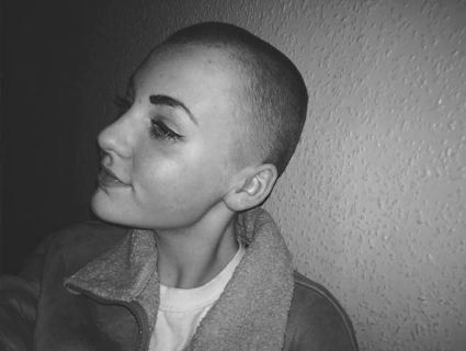 Дівчинку, яка поголила голову заради благодійності, не допустили до уроків