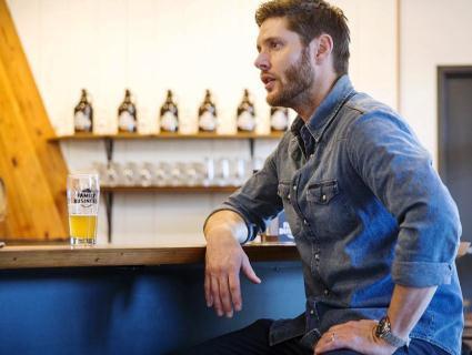 Актор Дженсен Еклз запрошує всіх на пиво