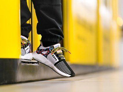 Страшні черги вишикувалися по кросівки з вбудованим проїзним (відео, фото)