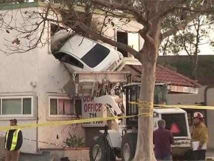 Автівка влетіла в другий поверх стоматологічної клініки