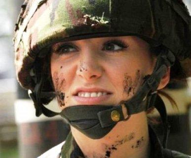 «Міс Англія» зацькували армійські товариші по службі