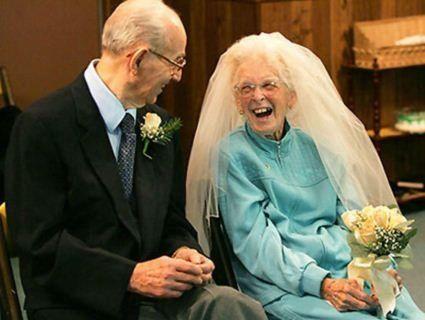 Нареченому - 97, нареченій - 64. У Франківську одружилася найстарша пара