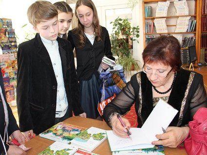 Луцькі школярі читали разом з письменницею Надією Гуменюк