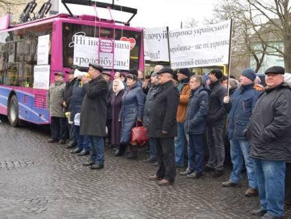 У тролейбуса, який «пригнали» для мітингу відмовили гальма і він збив дорожній знак