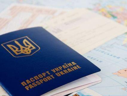 У черзі за закордонними паспортами більше півмільйона українців
