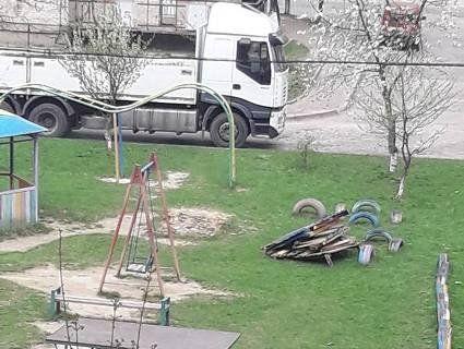 Муніципали у Луцьку ламають огорожі на грядках та дитячі будиночки