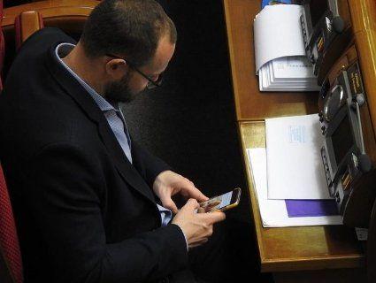 Депутата «застукали» під час перегляду інтимних фото ведучої (фото)