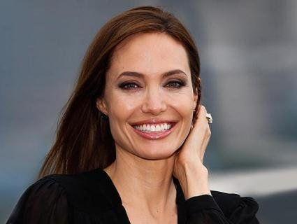 Анджеліна Джолі показала, як керувати літаком