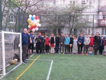Мерія подарувала сотні дітям міні-стадіон посеред двору