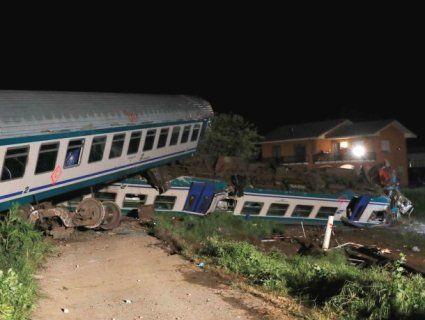 Двоє людей загинуло, 18 поранені внаслідок зіткнення потяга з вантажівкою в Італії