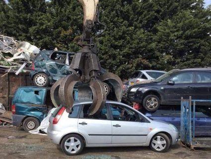 Товстий тролінг: автозлодій прислав власникові фото, як крадену машину сплющує кран