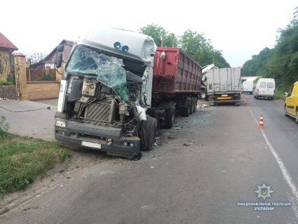 На Волині масштабне ДТП: постраждали водії обох вантажівок (фото)