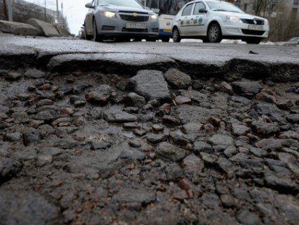 Хто в Україні має платити за розбиті авто на поганих дорогах