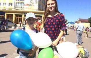 Студентки з Володимира на стипендію придбали сотню кульок для дітей