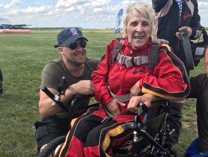 Пенсіонерка у 71 стрибнула з парашутом на інвалідному візку