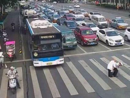 У Китаї дідуся з кульбакою, який «застопорив» рух, перенесли через автобан
