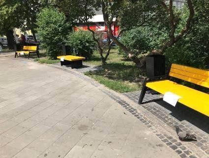 Київські комунальники насмішили Мережу жовтими лавочками (фото)