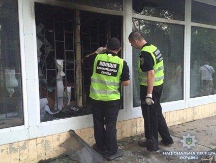 У Києві кинули коктейль Молотова в банківське відділення