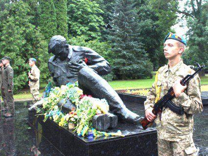 Лучани помолилися та поклали квіти до пам'ятників жертв Другої світової війни