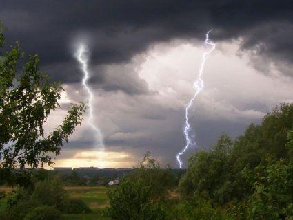 Синоптики попереджають українців про сильні дощі та грози