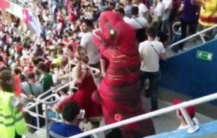 Динозавр і уболівальник у кокошнику побилися на матчі Швейцарія - Коста-Ріка (відео)