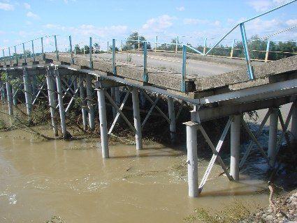 На Франківщині через ріку обвалився великий міст (фото)