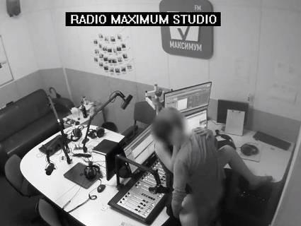 Секс на радіо в прямому ефірі: скандальне відео попало в мережу (відео 18+)