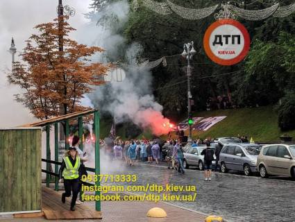 У Києві мітингують «євробляхарі»: перекрили урядовий квартал і палять фаєри