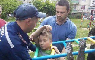 На Вінниччині рятували дитину, яка застрягла в драбині