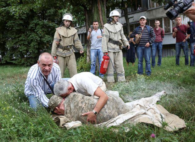 У Києві чоловік облився бензином і підпалив себеперед штабом Міноборони (фото)