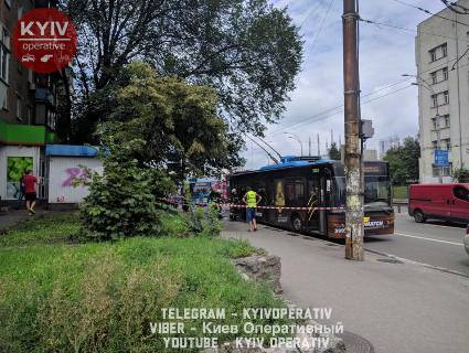 В Києві на ходу задимився тролейбус із людьми (фото)