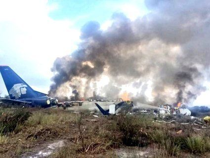 У Мексиці впав літак зі 100 людьми на борту (фото)