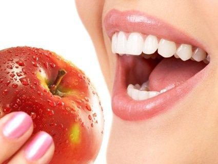Плюси та мінуси відбілювання зубів у домашніх умовах