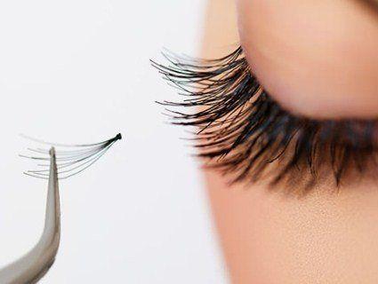 Недосвідчена косметолог заклеїла клієнтці очі (фото)